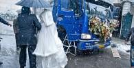 عکس : ازدواج جالب و متفاوت زوج گرگانی در یک روز برفی!
