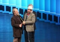 عکس واکنشهای جالب برگزیدگان جشنواره فیلم فجر پس از دریافت جایزه