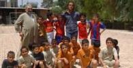 عکس علی کریمی در جمع کودکان
