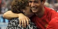 عکس کریس رونالدو در آغوش مادرش