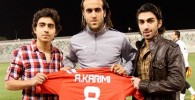 علی کریمی پیراهن خود را به فرزندان ناصر محمدخانی در قطر هدیه داد