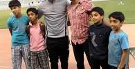 عکس یادگاری هواداران قطری با علی کریمی