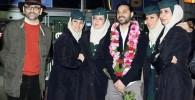 عکس یادگاری پیمان معادی همراه با مهمانداران هواپیما در فرودگاه
