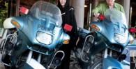 عکس یادگاری حشمت مهاجرانی و همسرش با موتور پلیس