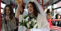 شوکه شدن همه از اقدام جالب عروس اتوبوس سوار +تصاویر