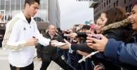 عکس هایی از امضا دادن کریس رونالدو به طرفدارانش