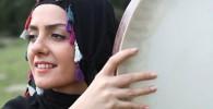 عکس بیتا سحرخیز در حال دف زدن با لباس محلی