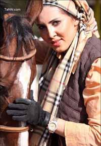 عکس لیلا بلوکات در حال اسب بازی