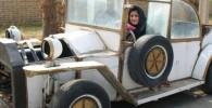 عکس شهرزاد جعفري سوار بر یک ماشین خیلی قدیمی
