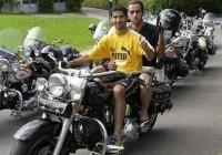 عکس مهرداد میناوند و علی کریمی سوار بر موتور