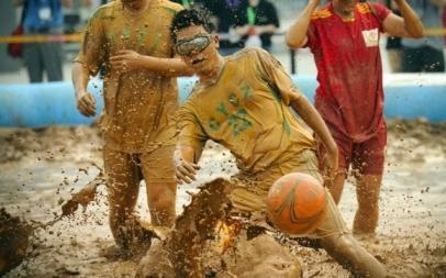 تصاویر جالب از فوتبالی خاص برروی گِل