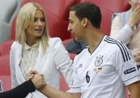 لناف،نامزد سامی خدیرا، در کنار رانی تصاویر همسران فوتبالیستها در مسابقات یورو ۲۰۱۲