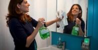 آینه غبار گرفته حمام تان را به راحتی تمیز کنید