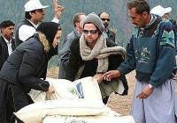 تصاویر برد پیت و آنجلینا جولی در حال کمک به زلزله زدگان