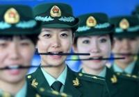 عکس روش عجیب برای آموزش لبخند به پلیس زن