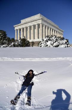 شادی دختران آمریکایی در کنار برف