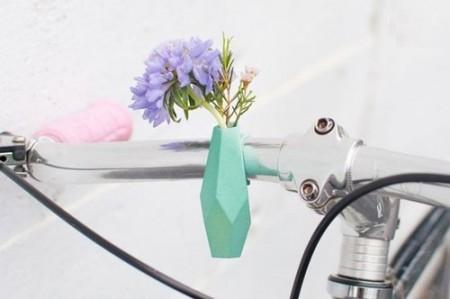 تصاویری از گلدان های مخصوص دوچرخه در فصل بهار