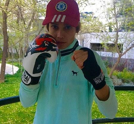 عکسی جالب از تینا آخوندتبار با دستکش بوکس در حال ورزش