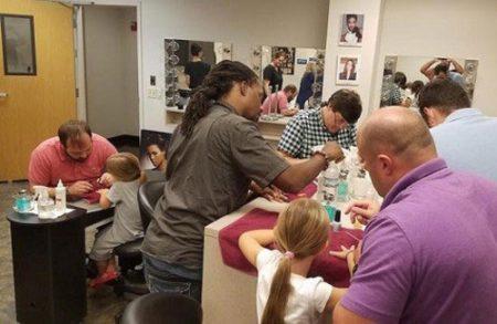 تصاویری از کلاس آموزش رایگان لاک زنی برای پدرها!