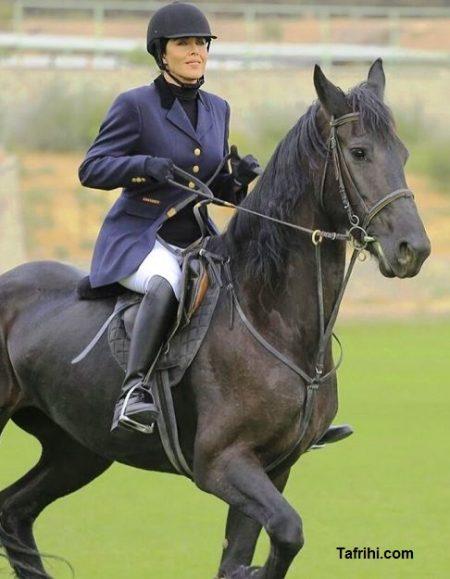 ظاهر مهتاب کرامتی در حال اسب سواری در فیلم باهر